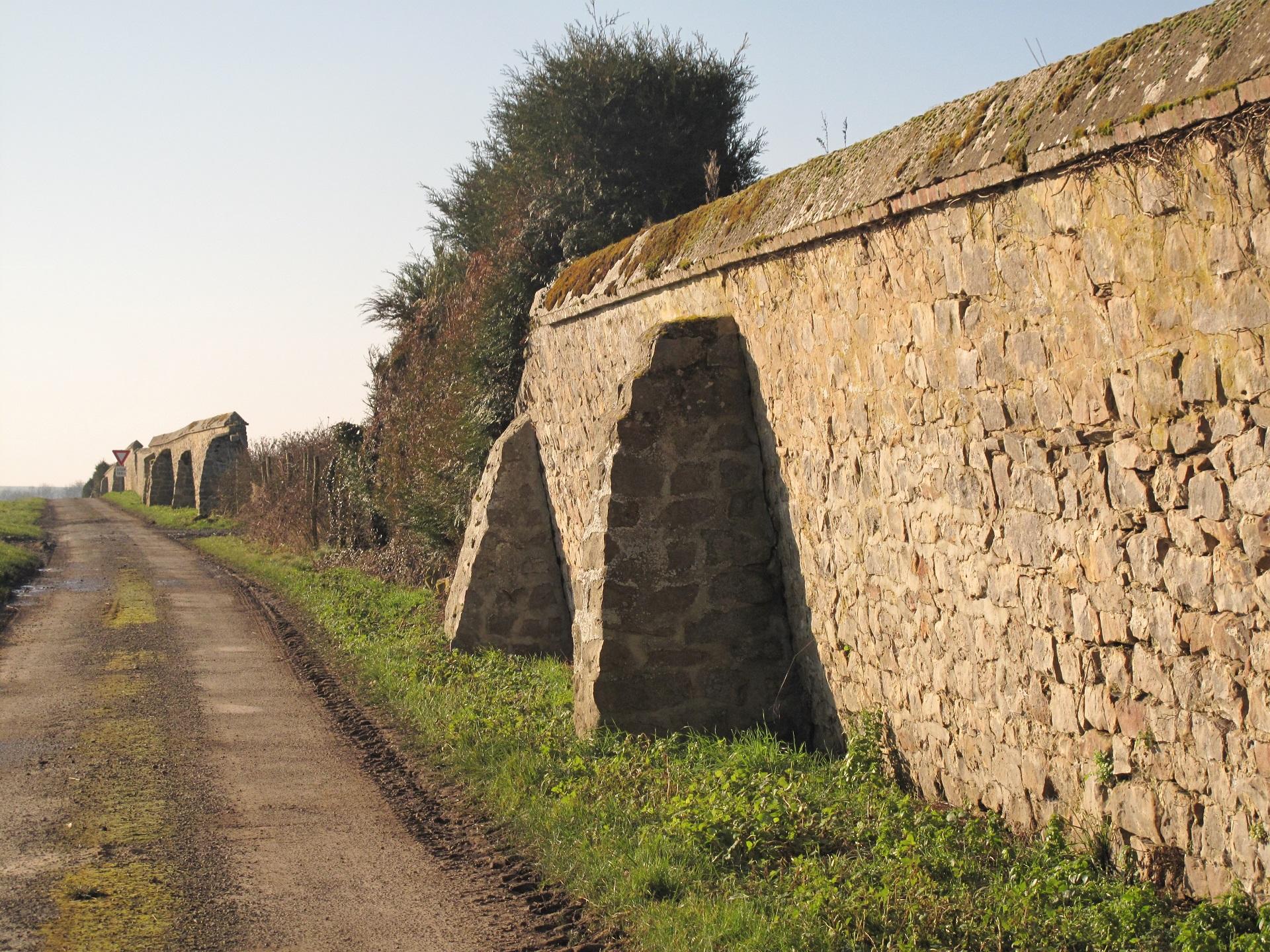 Le mur d'enceinte de l'ancien château...