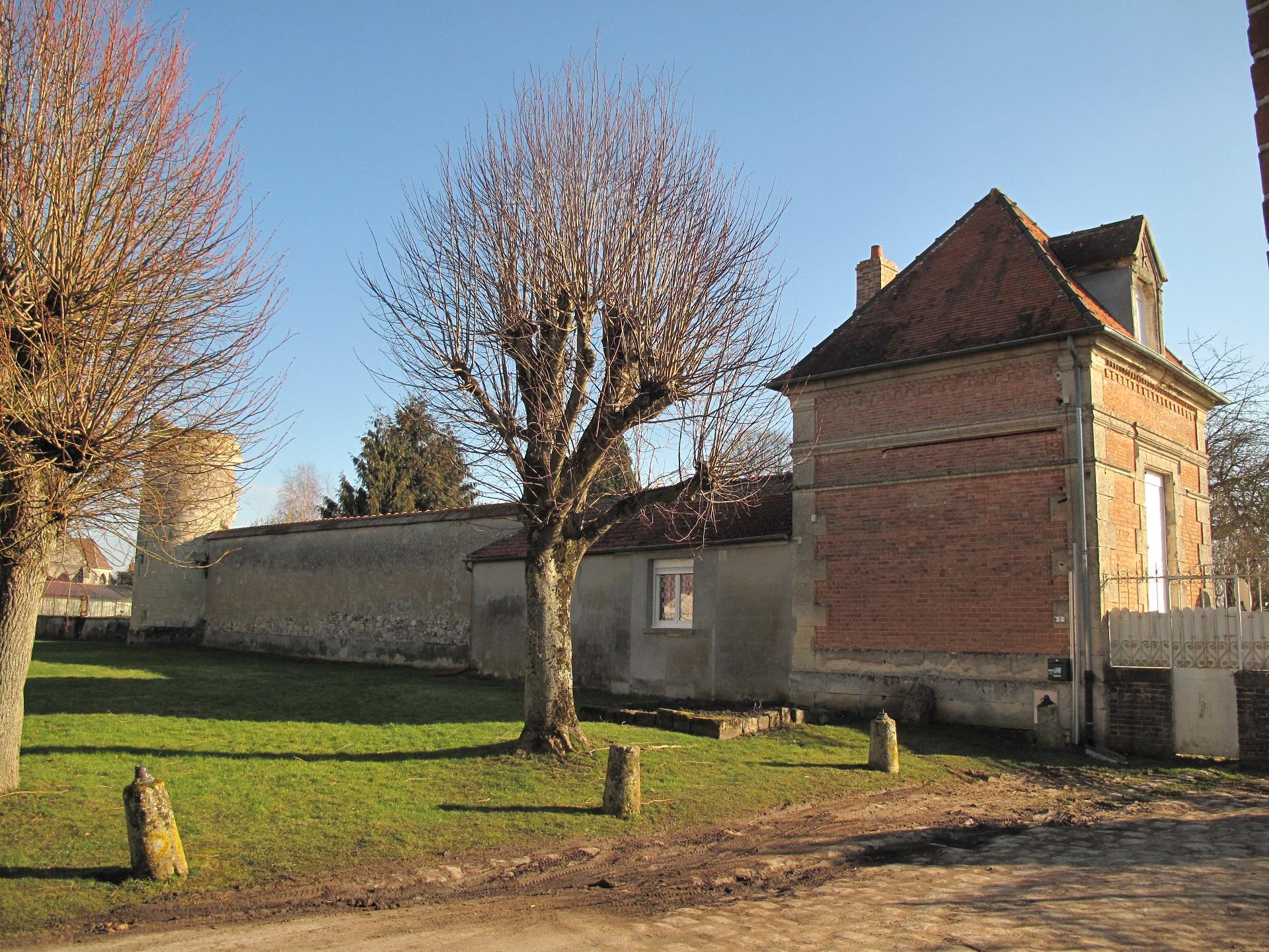 La façade ouest de l'ancien château...