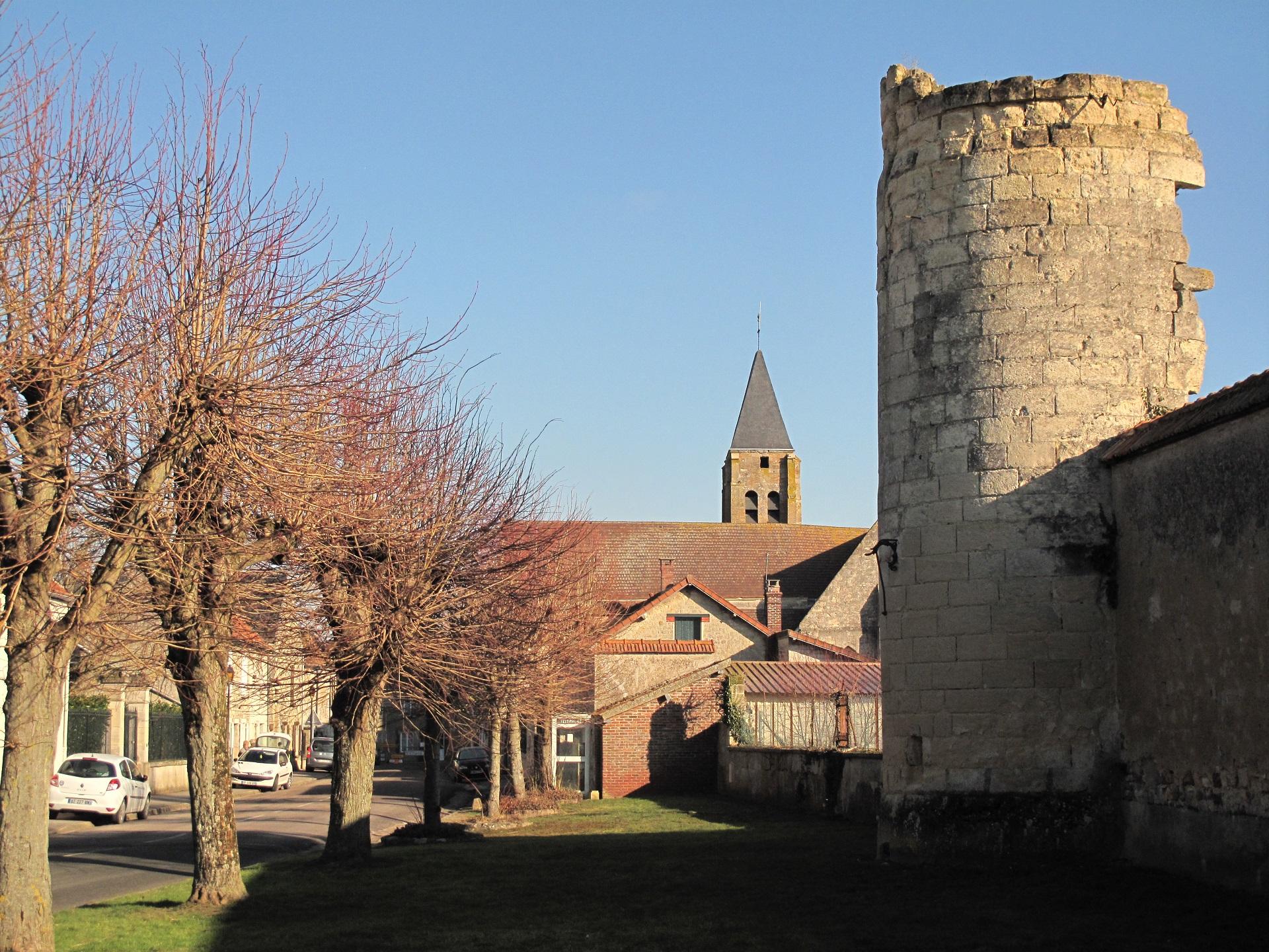 La tour ouest et notre église...
